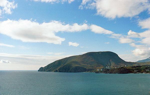 Остров очень напоминает Медведь-гору в Крыму.
