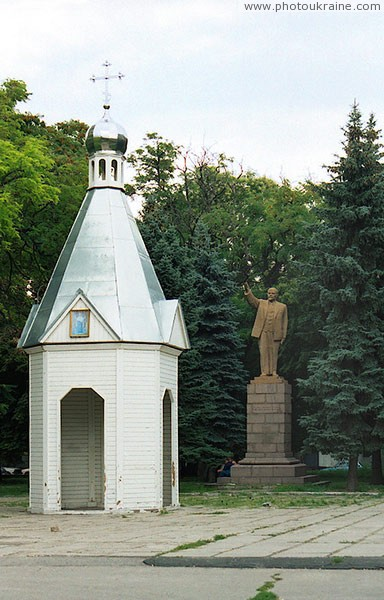 Nikopol. Monument to V. Lenin and chapel Dnipropetrovsk Region Ukraine photos