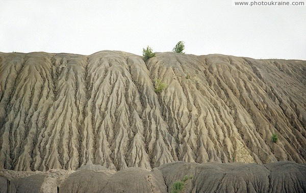 Dokuchaevsk. Erosion furrow on industrial dumps Donetsk Region Ukraine photos