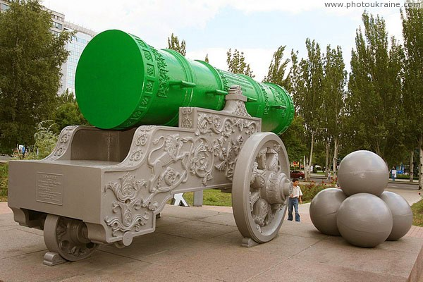 Donetsk. Tsar-cannon in city administration Donetsk Region Ukraine photos